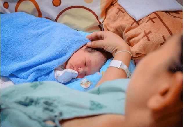 perawatan ibu yang habis melahirkan anaknya di rumah sakit dengan dokter